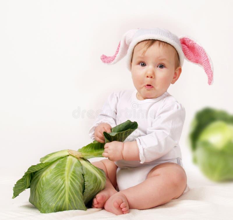 Bambino con cavolo fotografie stock