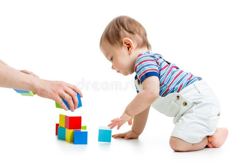 Bambino con costruzione messa sopra fondo bianco fotografia stock
