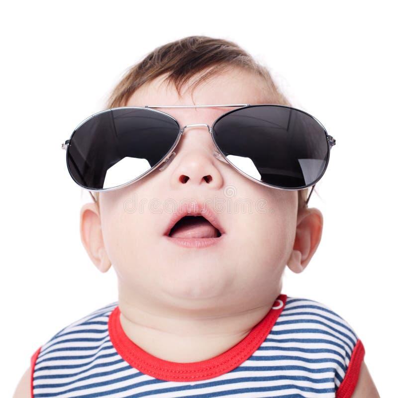 Bambino con gli occhiali da sole isolati su fondo bianco fotografia stock