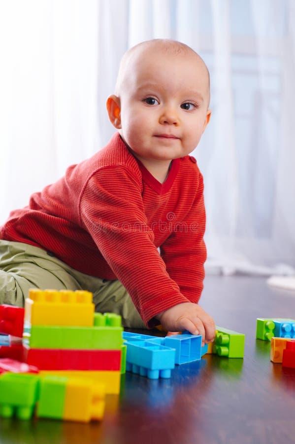 Bambino con i giocattoli immagine stock