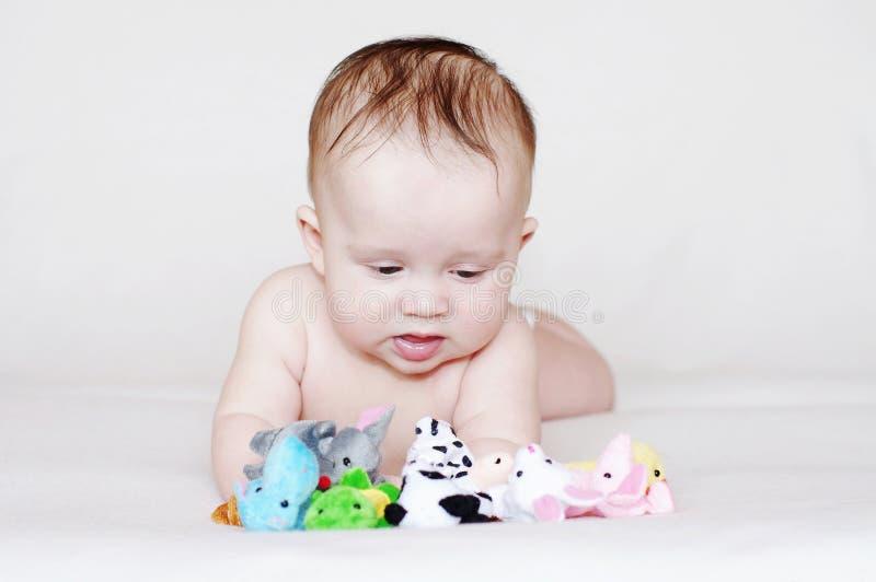 Bambino con i giocattoli della peluche immagini stock