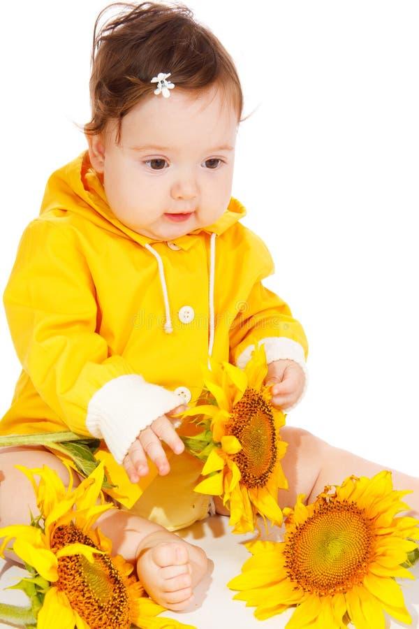 Bambino con i girasoli immagini stock libere da diritti