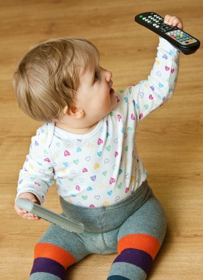 Bambino con i regolatori a distanza immagini stock libere da diritti