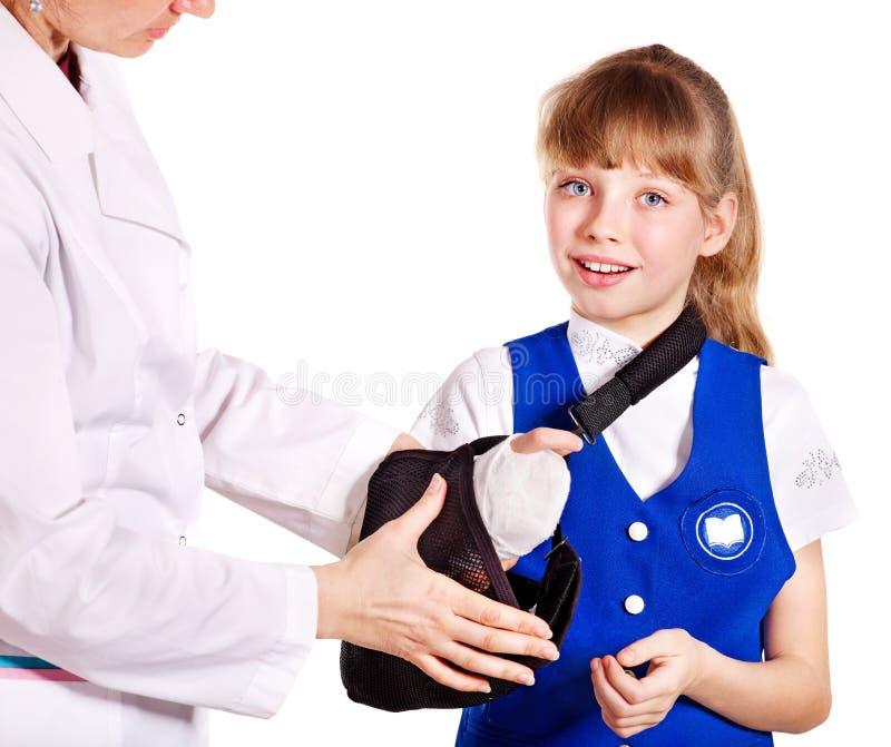 Bambino con il braccio rotto. immagine stock