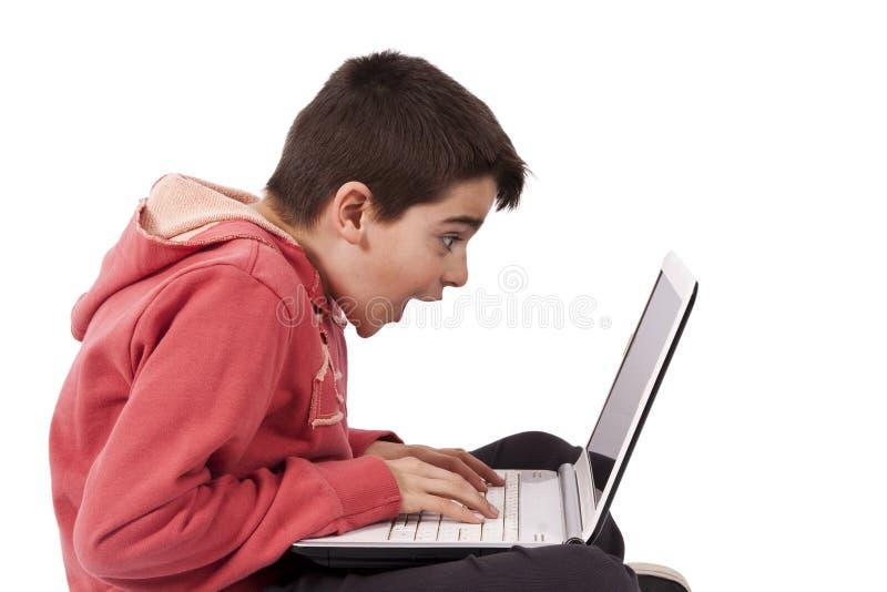 Bambino con il computer fotografia stock libera da diritti