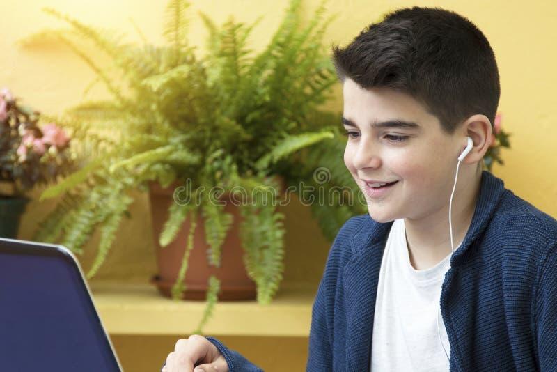 Bambino con il computer fotografie stock