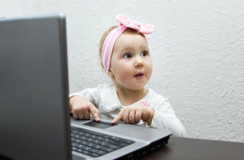 Bambino con il computer della compressa immagine stock