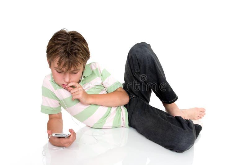 Bambino con il dispositivo elettronico immagine stock