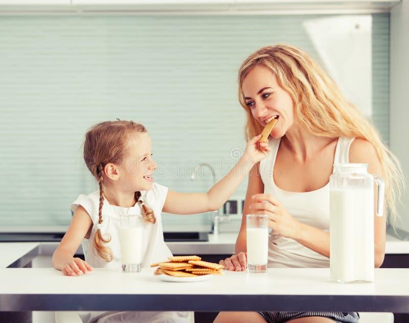 Bambino con il latte alimentare della madre immagine stock libera da diritti