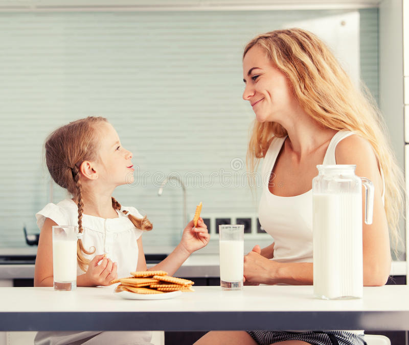 Bambino con il latte alimentare della madre fotografia stock libera da diritti