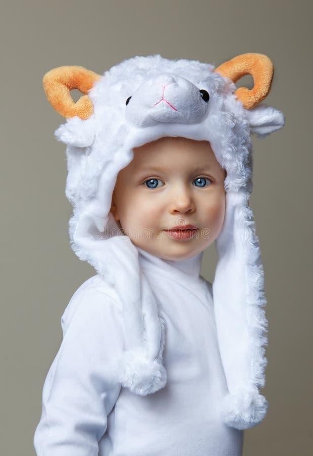 Bambino con il nuovo anno 2015 del cappello delle pecore immagine stock