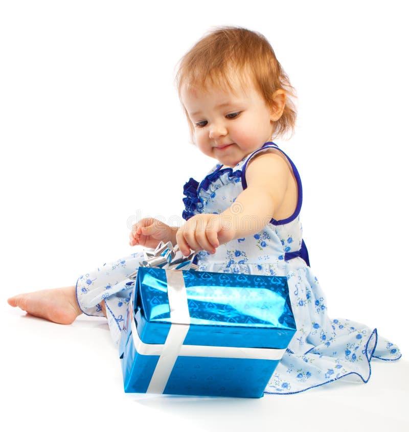 Bambino con il presente fotografia stock libera da diritti