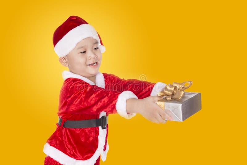Bambino con il regalo di Natale fotografia stock