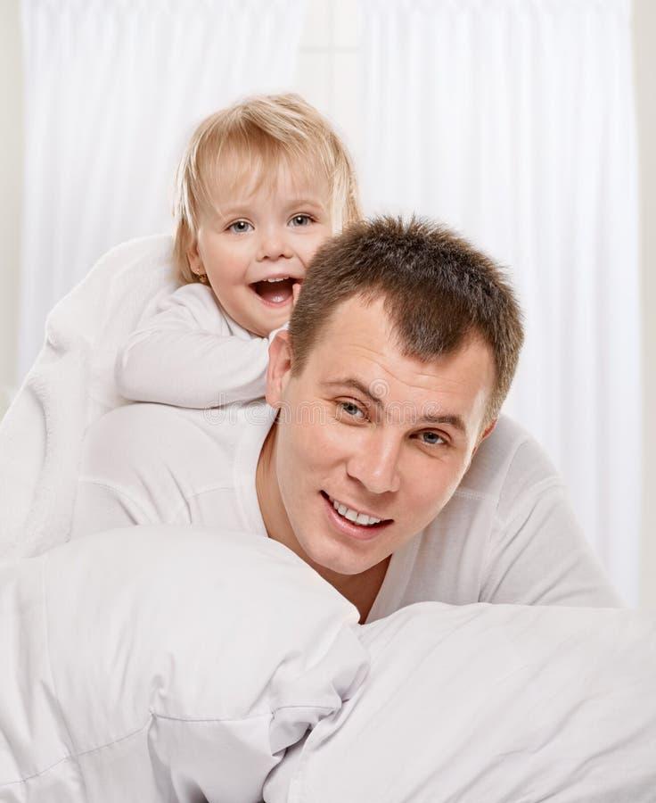 Bambino con il suo papà immagini stock libere da diritti