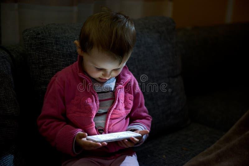 Bambino con il telefono mobile fotografia stock libera da diritti