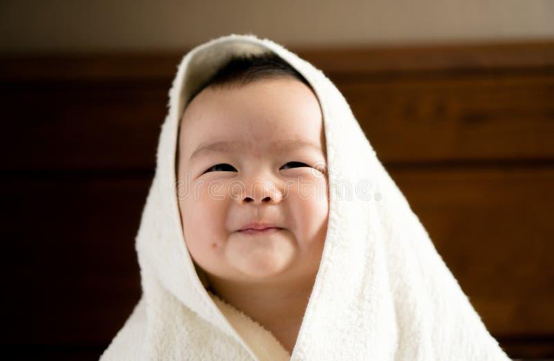Bambino con il tovagliolo fotografia stock libera da diritti