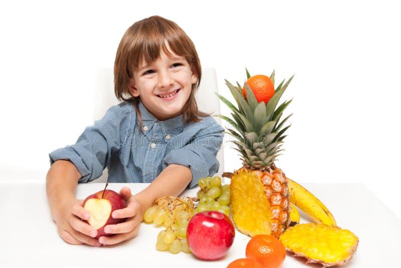 Bambino con l'alimento di frutti fotografie stock libere da diritti