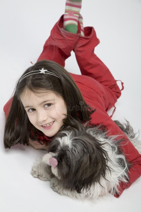 Bambino con l'animale domestico del cane fotografia stock