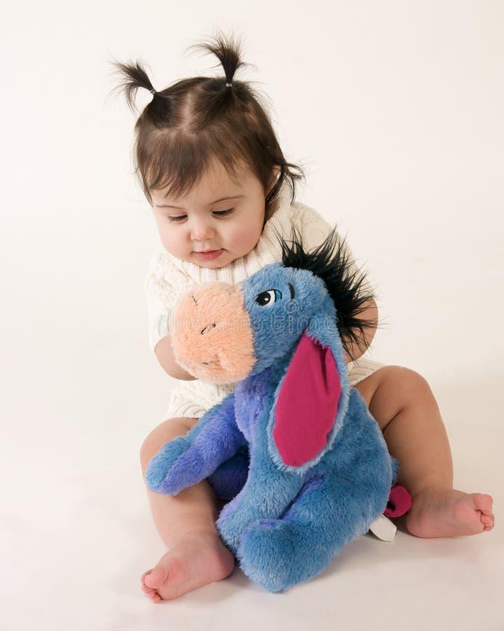 Bambino con l'animale farcito fotografie stock
