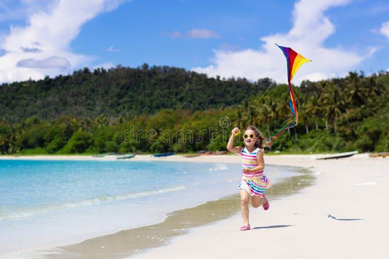 Bambino con l'aquilone Gioco dei bambini Vacanza della spiaggia della famiglia fotografia stock