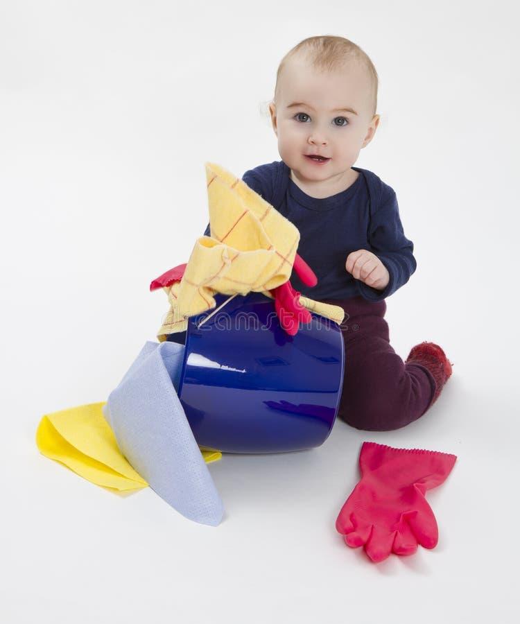 Bambino con la benna ed il panno di pavimento fotografia stock libera da diritti