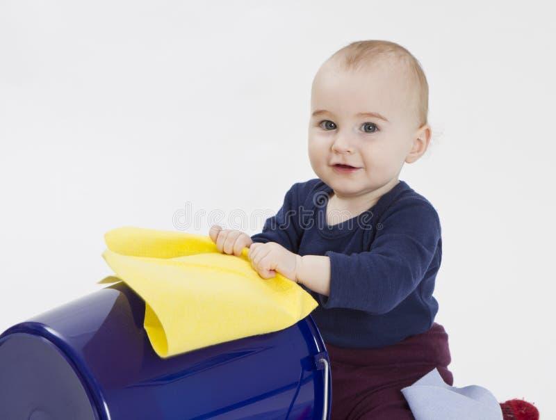 Bambino con la benna ed il panno di pavimento fotografie stock libere da diritti