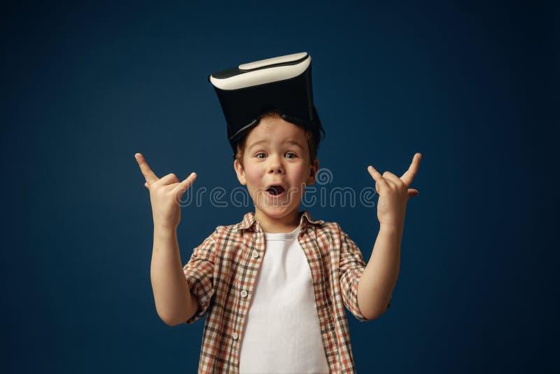 Bambino con la cuffia avricolare di realtà virtuale fotografia stock