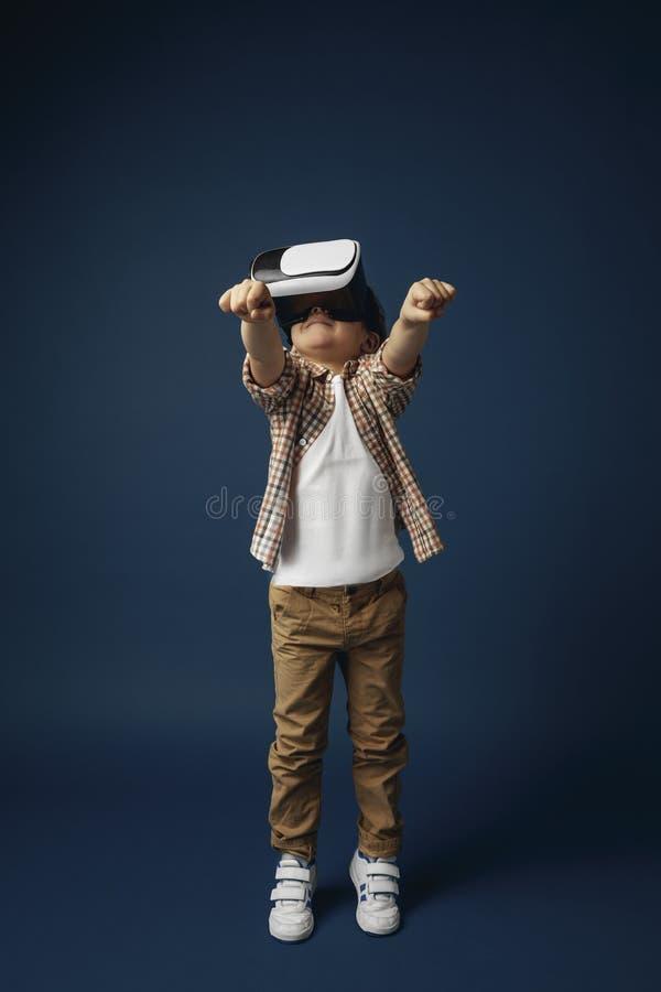 Bambino con la cuffia avricolare di realtà virtuale fotografie stock