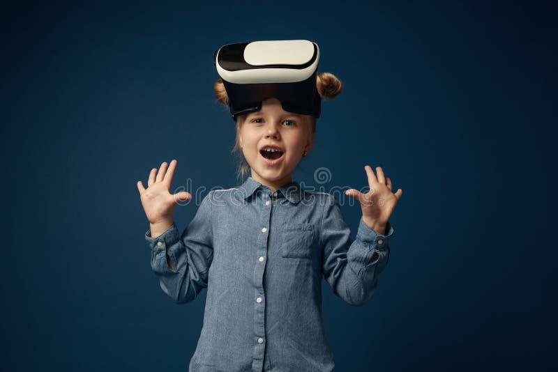 Bambino con la cuffia avricolare di realtà virtuale immagine stock
