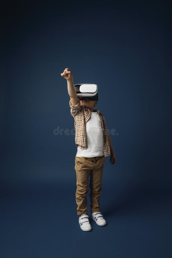 Bambino con la cuffia avricolare di realtà virtuale fotografia stock libera da diritti