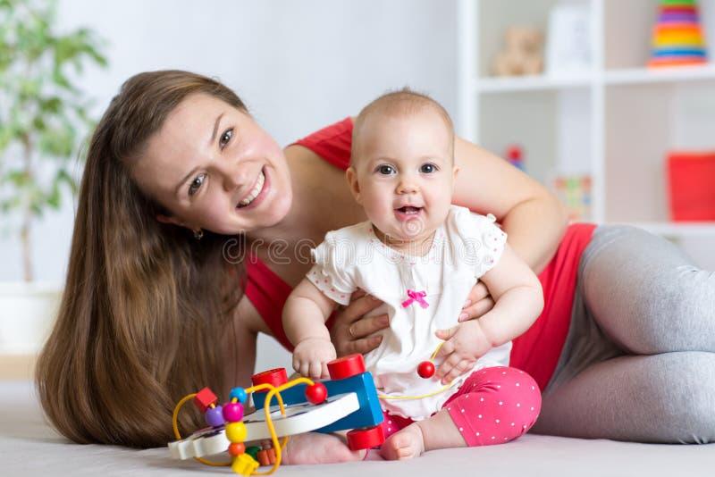 Bambino con la mamma Madre e figlia dell'interno Gioco della donna e della bambina insieme fotografia stock