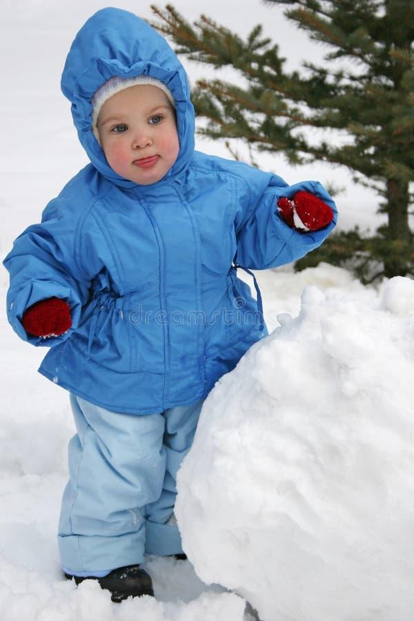 Bambino con la palla di neve fotografie stock libere da diritti