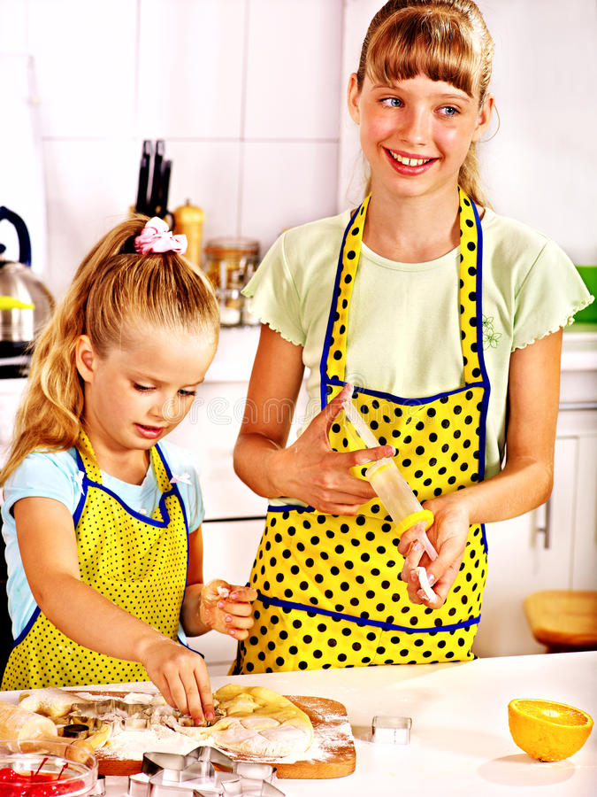 Bambino con la pasta del matterello fotografia stock