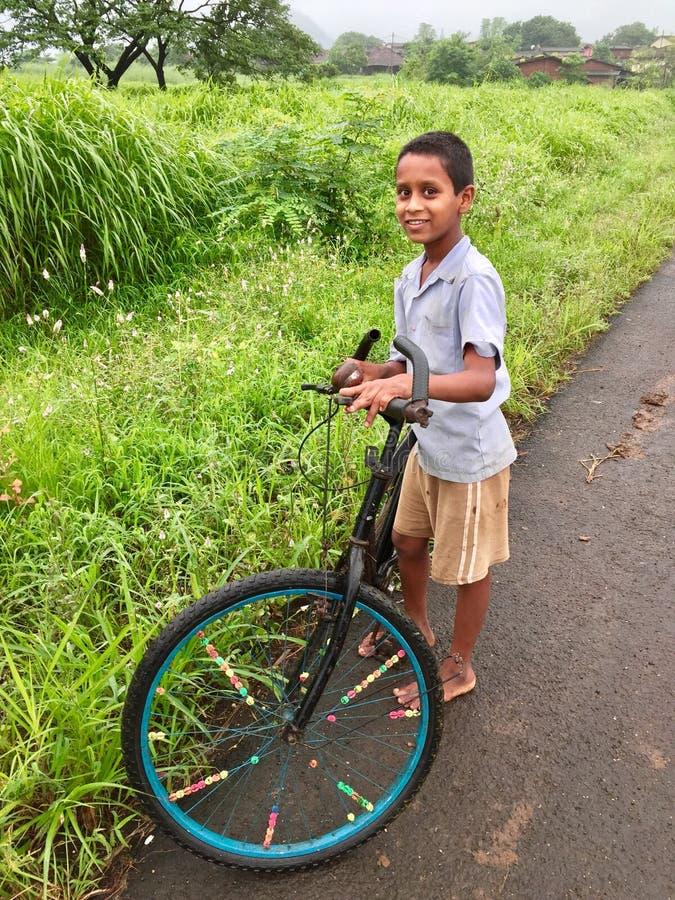 Bambino con la sua bicicletta fotografia stock