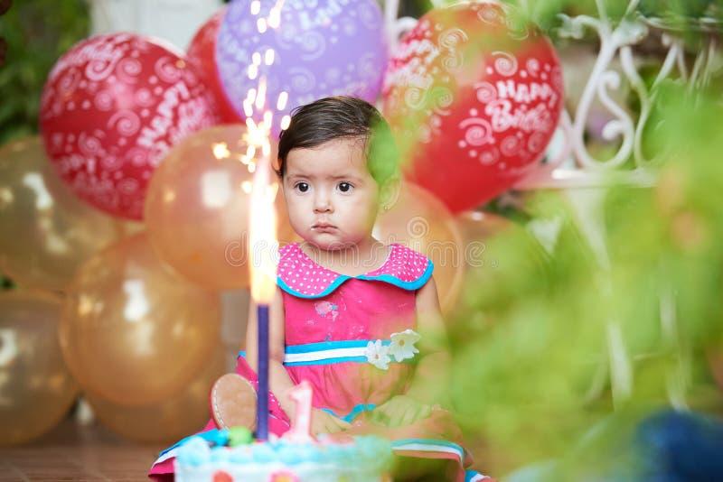 Bambino con la torta di compleanno fotografia stock