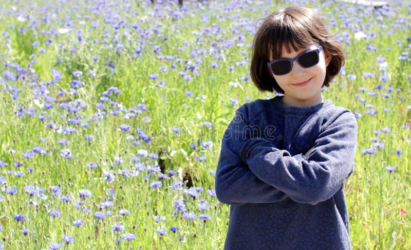 Bambino con le braccia acute incrociate, orgoglioso sfondo naturale fotografia stock libera da diritti