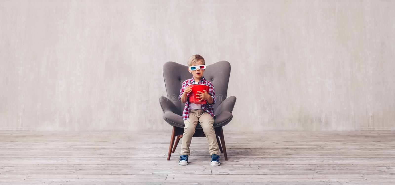 Bambino con popcorn in vetri 3d immagine stock libera da diritti