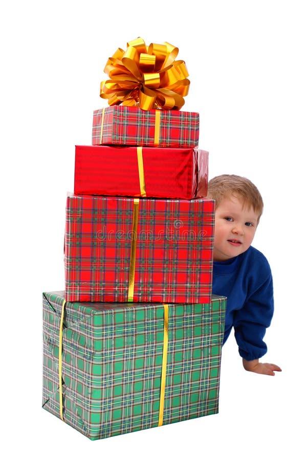 Bambino con regali fotografia stock libera da diritti