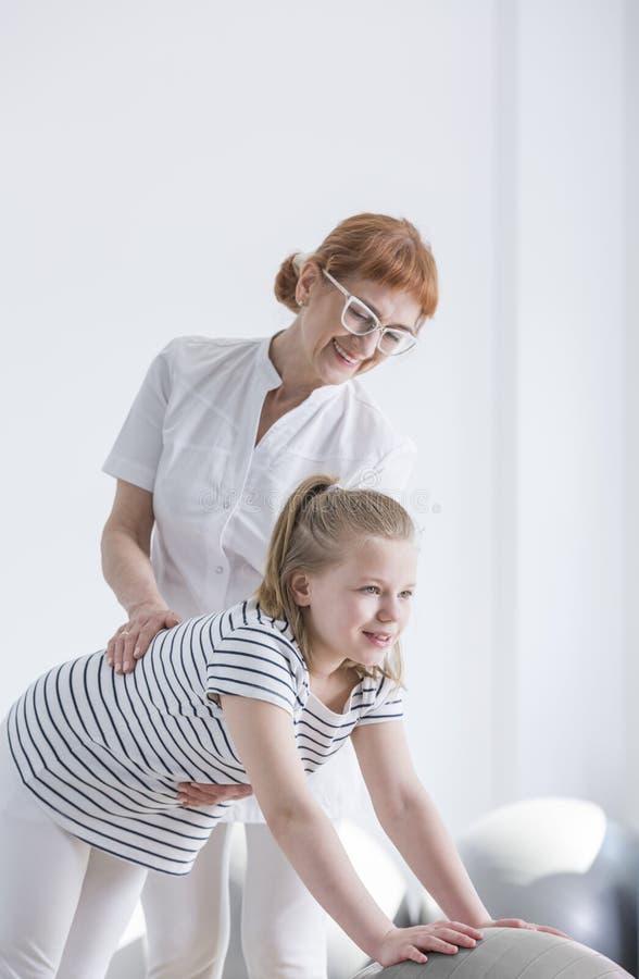 Bambino con riabilitazione di deformità della spina dorsale fotografie stock