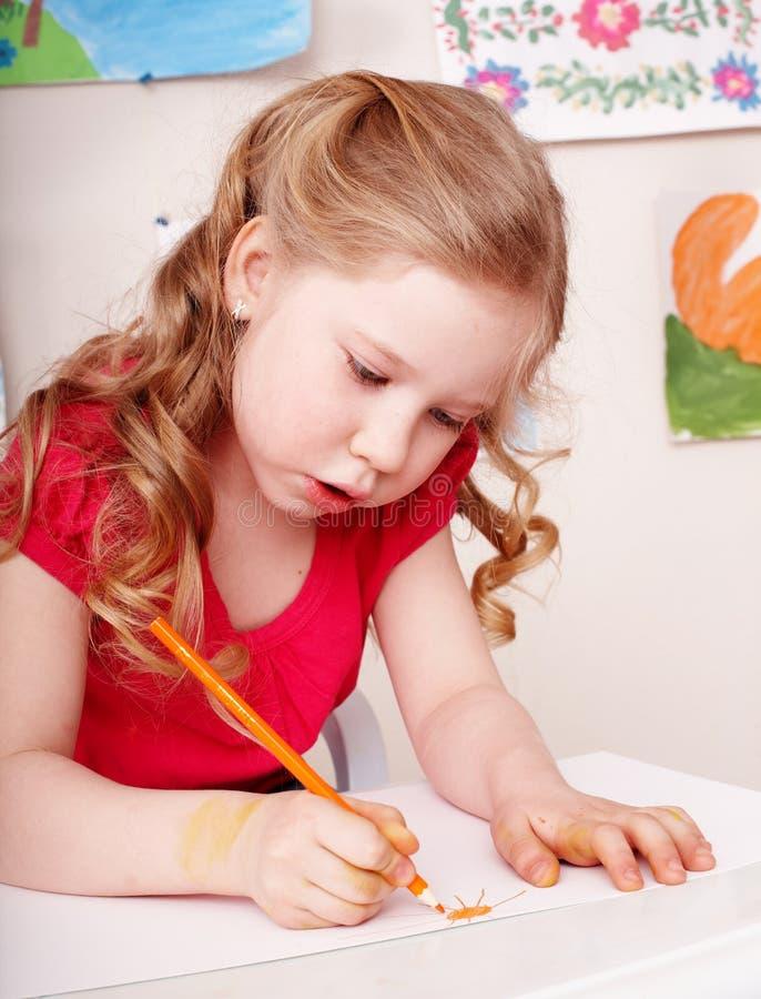 Bambino con tiraggio della matita di colore in addestramento preliminare. fotografia stock libera da diritti