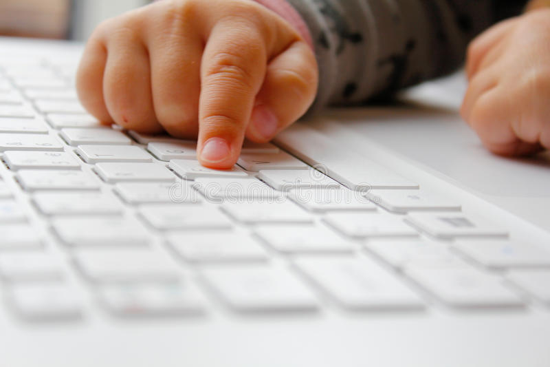 Bambino con un computer immagine stock libera da diritti