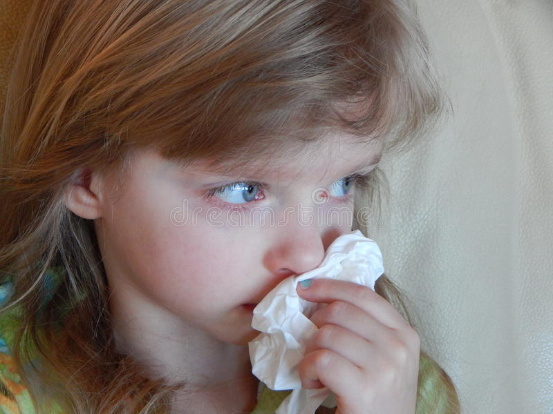Bambino con un freddo o le allergie immagine stock libera da diritti