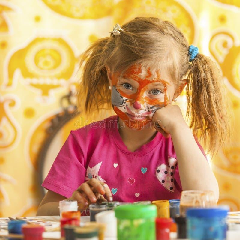 Bambino con un fronte dipinto con le pitture variopinte (serie dei quadrati) fotografie stock libere da diritti