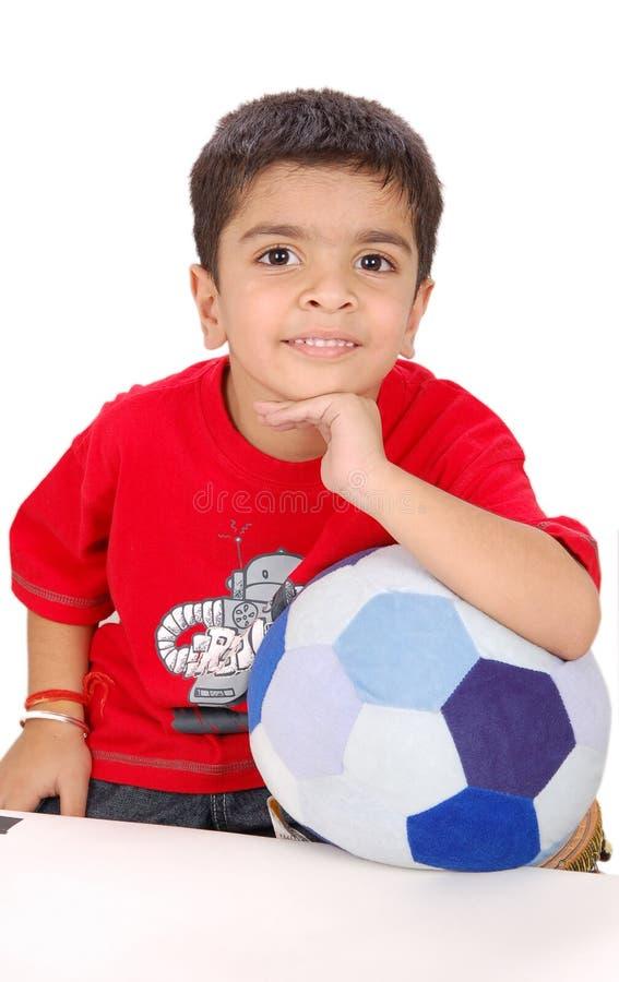 Bambino con un giocattolo di gioco del calcio immagini stock