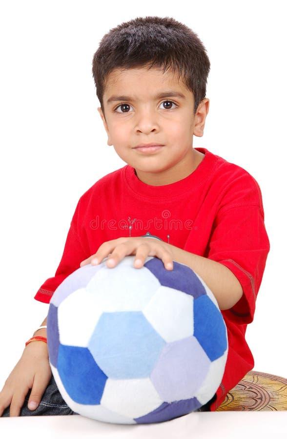 Bambino con un giocattolo di gioco del calcio fotografia stock libera da diritti