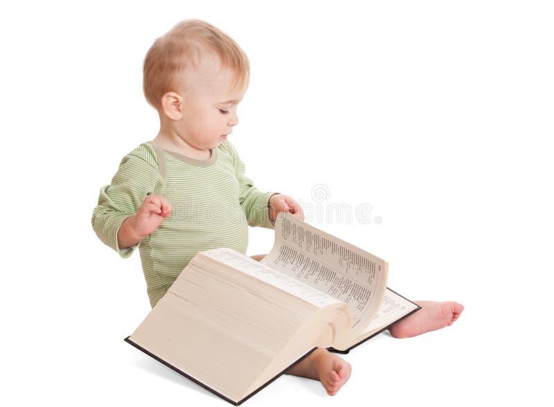 Bambino con un grande libro fotografia stock libera da diritti