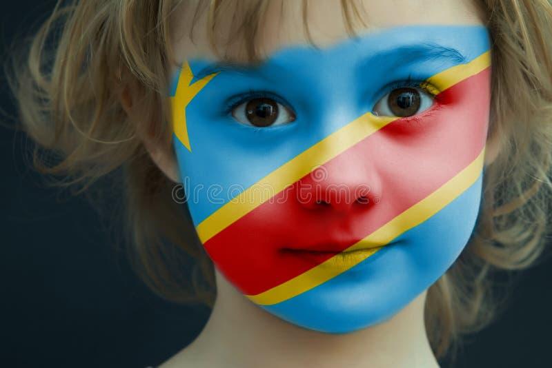 Bambino con una bandiera dipinta di kongo democratico immagine stock