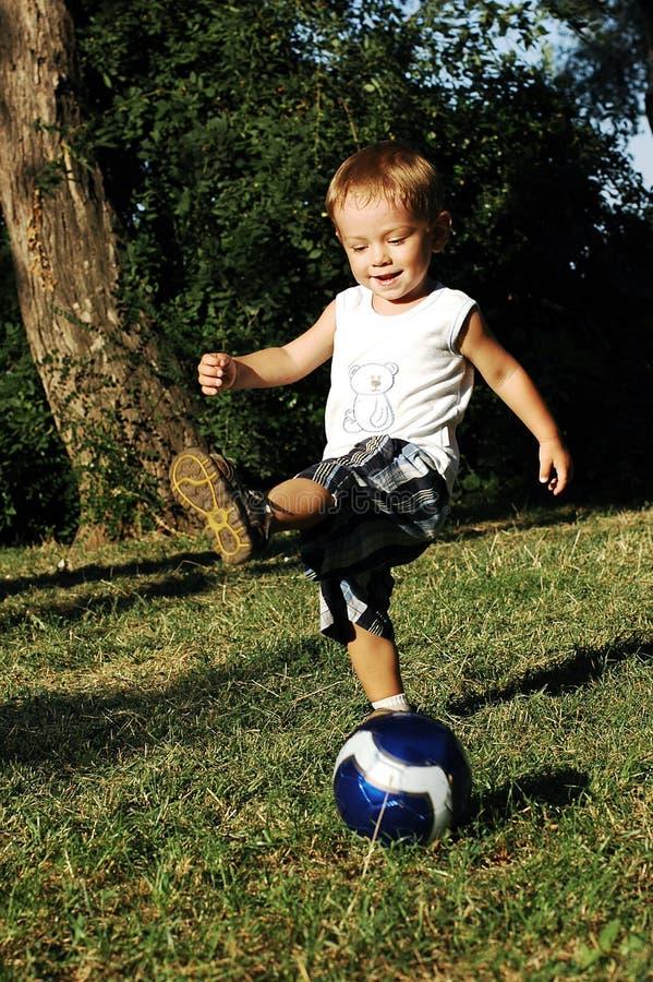 Bambino con una sfera immagini stock libere da diritti