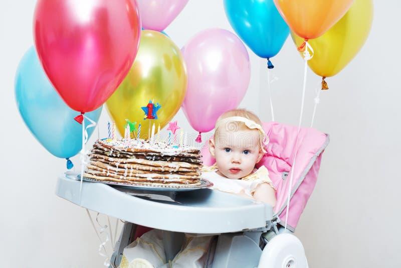 Bambino con una torta immagine stock