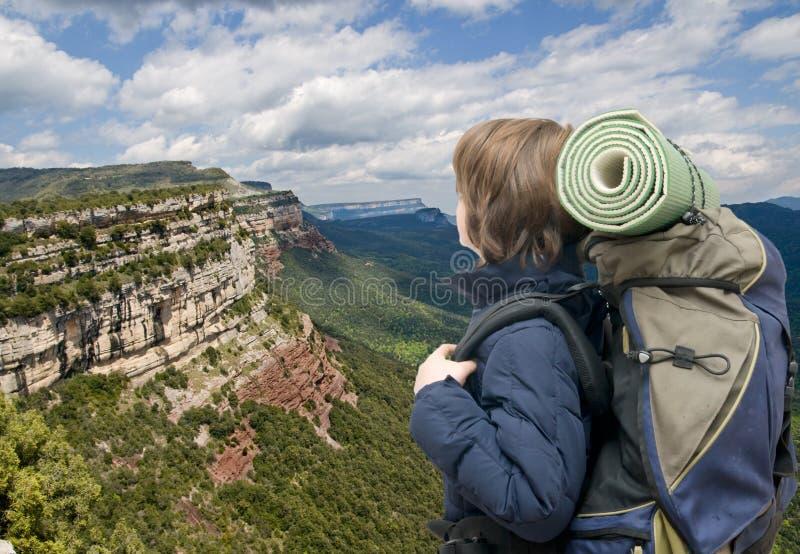 Bambino con uno zaino su una montagna fotografia stock libera da diritti